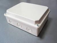 Разклонителна кутия с висок капак за външен монтаж с размери 180x140x80