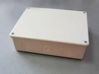 Разклонителна кутия с равен капак за външен монтаж с размери 180x140x50