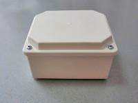 Разклонителна кутия с изпъкнал капак за външен монтаж с размери 120x100x70